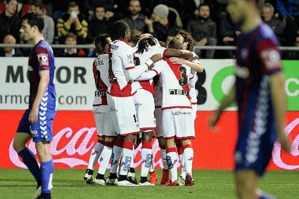 Los jugadores del Rayo Vallecano festejan, mientras que los de Éibar se lamentan. (Foto Prensa Libre: EFE)