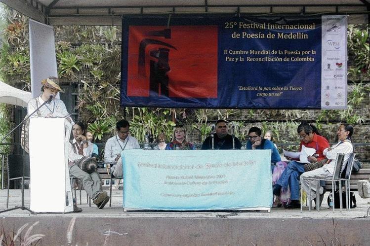 Durante el lanzamiento del I Encuentro Mundial de Poesía de los Pueblos Originarios en el marco del 25 Festival Internacional de Poesía de Medellín (Colombia). (Foto Prensa Libre: EFE)