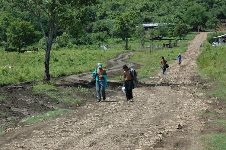 Migrantes caminan por una vereda en El Naranjo, Petén, rumbo a Estados Unidos. Esta ha sido una de las rutas preferidas por coyotes y contrabandistas. (Foto Prensa Libre: Hemeroteca PL)