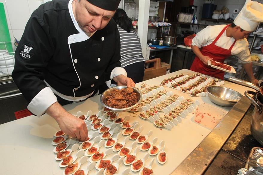 Chef Álex Quintana le da los últimos toques a las entradas de tiraditos.