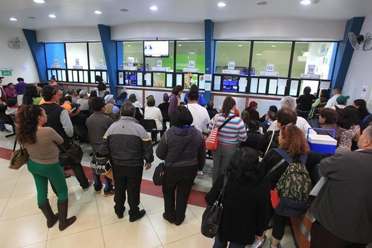 Afiliados acuden al IGSS en busca de medicinas, que en algunos casos no encuentran. (Foto Prensa Libre: Esbin García)