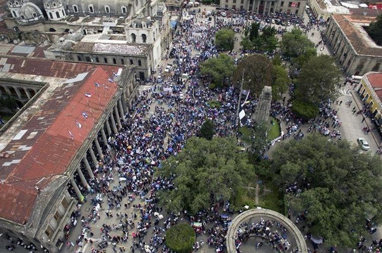 El parque de la Ciudad de Quetzaltenango fue el punto de encuentro de los vecinos que exigen un alto a la corrupción. (Foto Prensa Libre: Carlos Ventura)