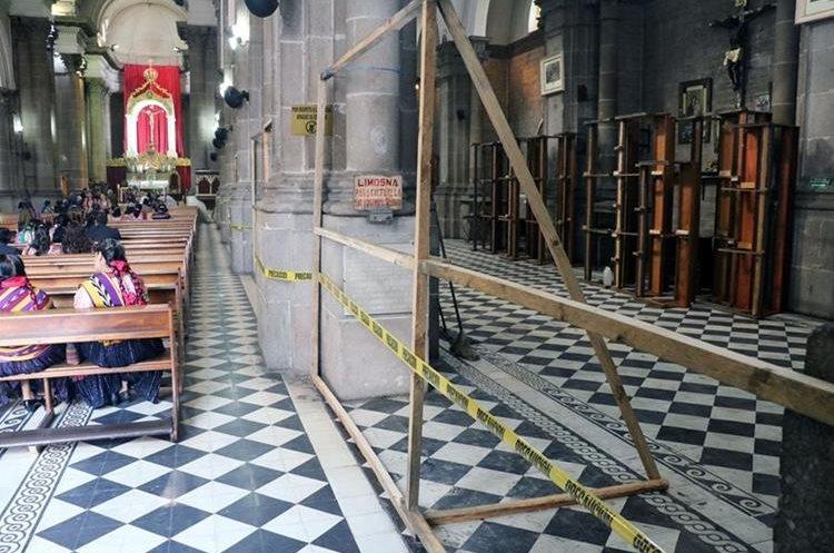 Se colocan obstáculos para evitar que feligreses ingresen en el área restringida de la Catedral. Foto Prensa Libre: Carlos Ventura.