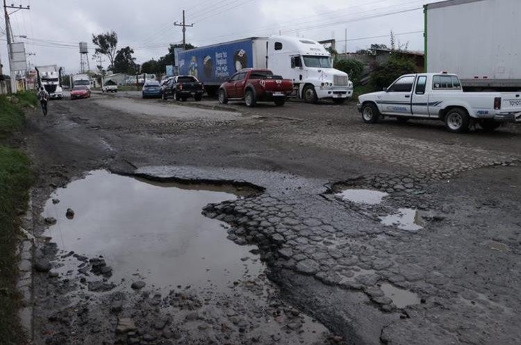 El tramo del km 52 de la ruta antigua de El Tejar a la cabecera de Chimaltenango tiene al menos 10 años de no recibir mantenimiento. (Foto Prensa Libre: Víctor Chamalé)