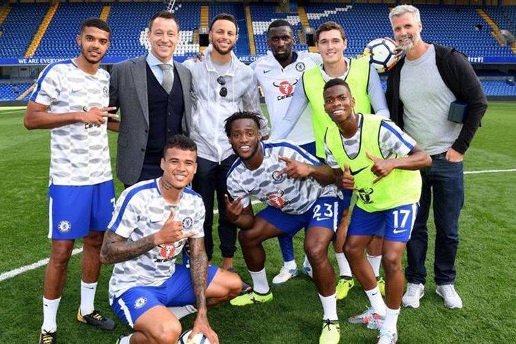 Stephen Curry y John Terry junto a los jugadores del Chelsea al finalizar el derby frente al Arsenal. (Foto Prensa Libre: Instagram)