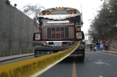 Piloto y ayudante fueron atacados a balazos en Villa Canales ( Foto Prensa Libre: Álvaro Interiano)
