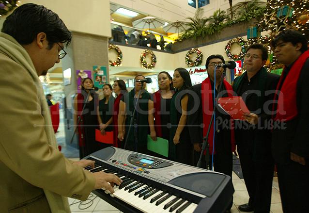 En algunos centros comerciales hay presentación de coros que interpretan villancicos. (Foto: Hemeroteca PL)