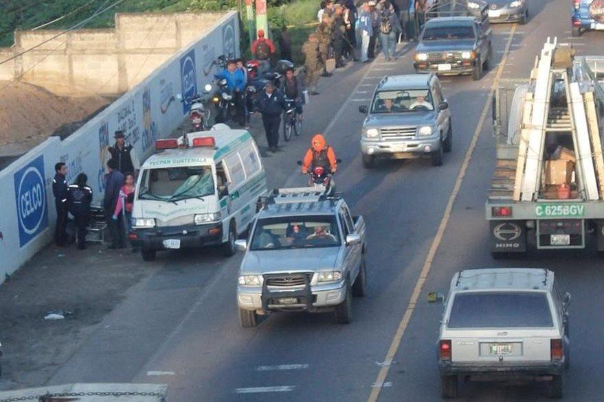 Ambulancia que arrolló a un hombre permanece en el lugar del accidente, en el km 54 de la ruta Interamericana, Chimaltenango. (Foto Prensa Libre: Víctor Chamalé)