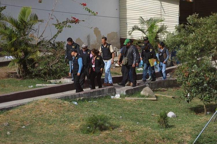 Fiscales del Ministerio Público recolectaron las evidencias en el lugar donde encontraron los cadáveres dentro del preventivo. (Foto Prensa Libre: Álvaro Interiano)