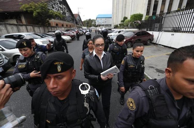 Nueve agentes de seguridad custodiaron su traslado hacia el lugar del juicio donde el tribunal dictaría la sentencia.