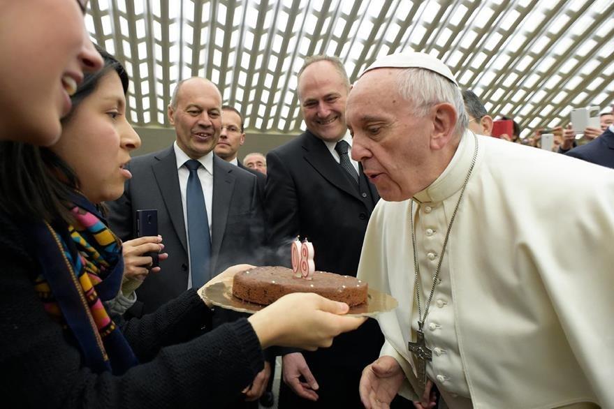 El miércoles último el papa Francisco recibió un pastel por su 80 cumpleaños. (Foto Prensa Libre: AFP).