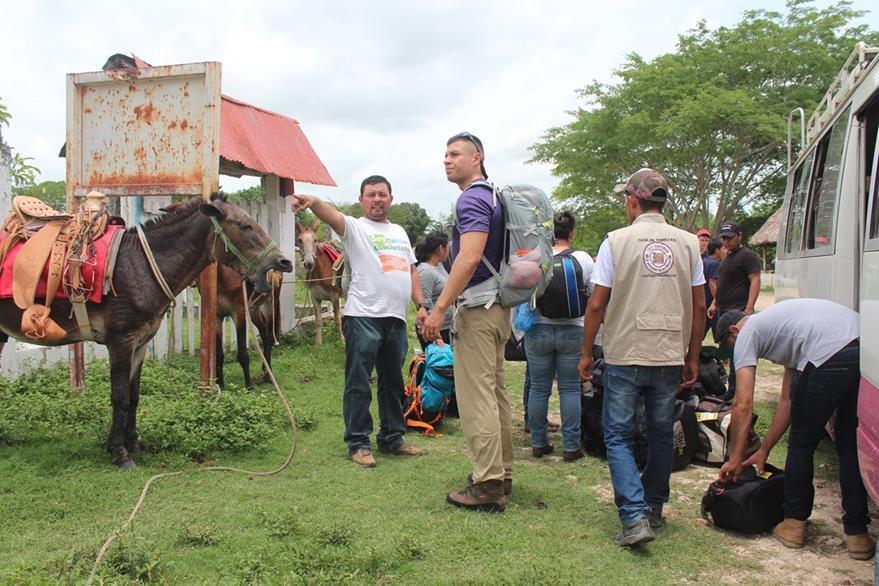 En Carmelita, San Andrés, Petén,  inicia la travesía hacia el sitio arqueológico, donde los turistas pueden viajar en burros. (Foto Prensa Libre: Rigoberto Escobar)