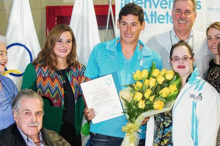 Juan Maegli es recibido por su familia en el aeropuerto La Aurora. (Foto Prensa Libre: Norvin Mendoza).