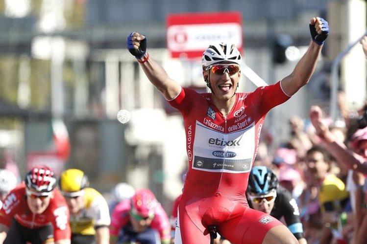 Kittel volvió a alzar los brazos en la meta del Giro de Italia. (Foto Prensa Libre: AFP)