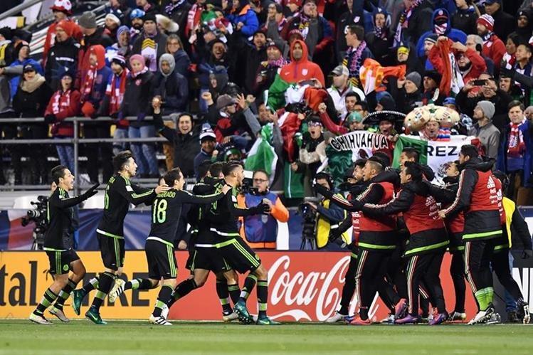 Los jugadores mexicanos festejan después del gol de Layún. (Foto Prensa Libre: AFP)