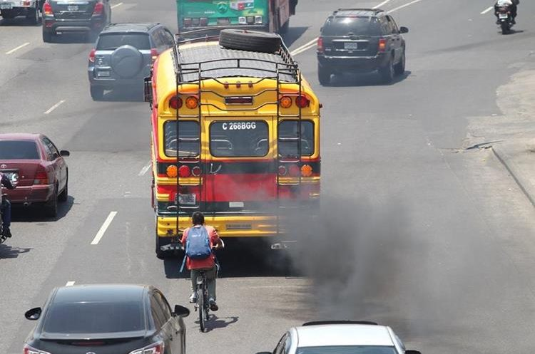 Los  buses son los vehículos que más contaminación por humo causan, señalan autoridades. En la foto se observa un extraurbano que circula por la Calzada Roosevelt. (Foto Prensa Libre: Érick Ávila)