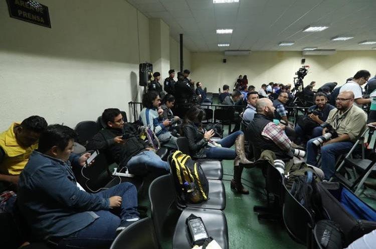 Los medios de comunicación y el público ingresaron a las 6 de la tarde a la mega sala del Organismo Judicial.