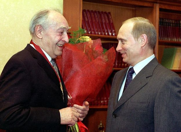 Vladimir Putin condecora a Vyacheslav Tikhonov, quien interpretó a Stierlitz. GETTY IMAGES