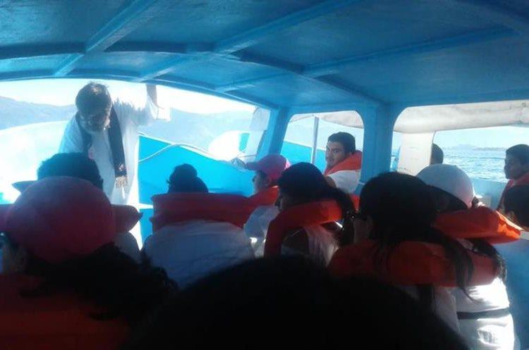 Familiares de las víctimas y autoridades locales llegaron al lugar de la tragedia. (Foto Prensa Libre: Cortesía Ejército de Guatemala)