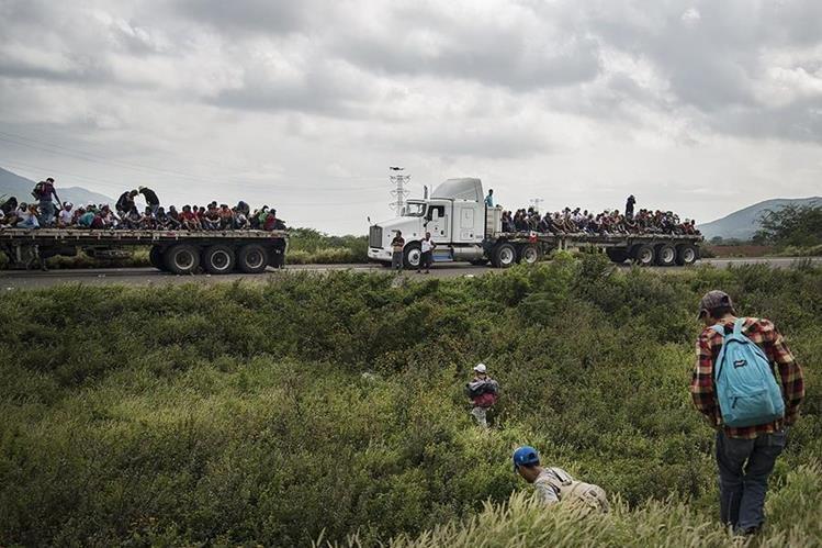 Miembros de la caravana migrante continúan su travesía por el municipio de Juchitan, en el estado de Oaxaca, México. (Foto Prensa Libre: EFE).