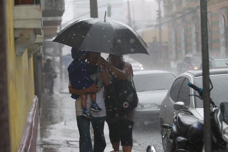 La lluvia podría persistir durante la otra semana e incrementarse si el sistema de baja presión se fortalece a tormenta tropical. (Foto Prensa Libre: Hemeroteca PL)