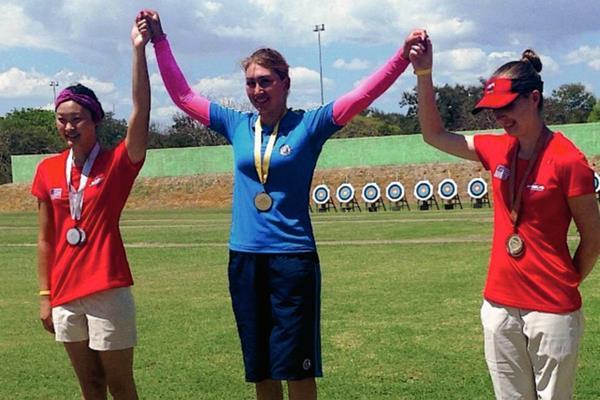 Yesenia Valencia -centro del podio- en la competencia que se realizó en República Dominicana. (Foto Prensa Libre: Cortesía COG)