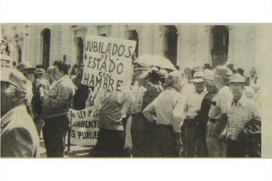 02/06/1988 Jubilados del Estado, realizaron un manifestación frente al Congreso  exigieron  aumento. (Foto: Hemeroteca PL)