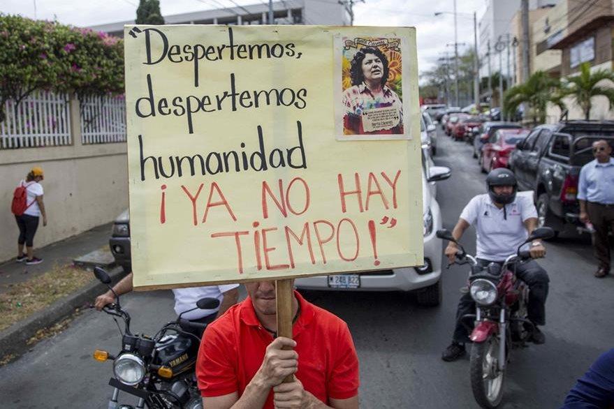 Un aciiivita nicaragüense exige justica por el asesinato de  Berta Cáceres.(EFE).