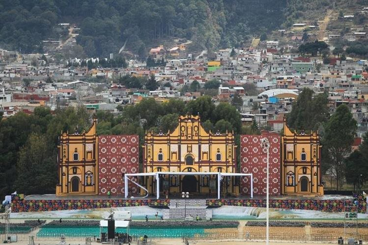Panorámica del campo de futbol en San Cristobal de las Casas, lugar donde el Papa Francisco ofrecerá una misa el lunes. (Foto Prensa Libre: Esbin García)