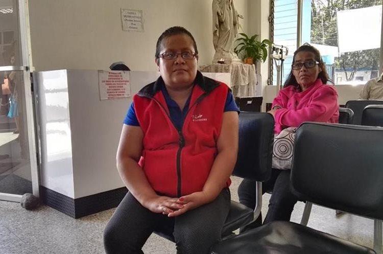 Emily Jiménez recibe tratamiento en el Incán, a donde fue referida  por el Hospital de Amatitlán, pero tuvo que pagar sus exámenes en el sector privado de la salud, para recibir quimioterapias. (Foto Prensa Libre: Roni Pocón)