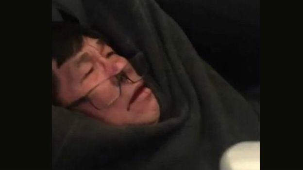 David Dao fue arrastrado por el pasillo de un vuelo de United Airlines luego de que se negó a dejar su asiento en un avión con sobrecupo.