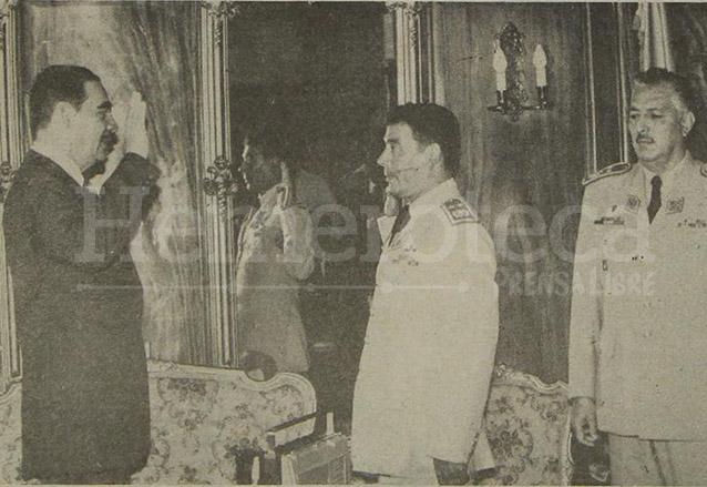 Fernando Romeo Lucas García juramenta a su hermano Manuel Benedicto Lucas García como Jefe del Estado Mayor del Ejército en 1981. (Foto: Hemeroteca PL)
