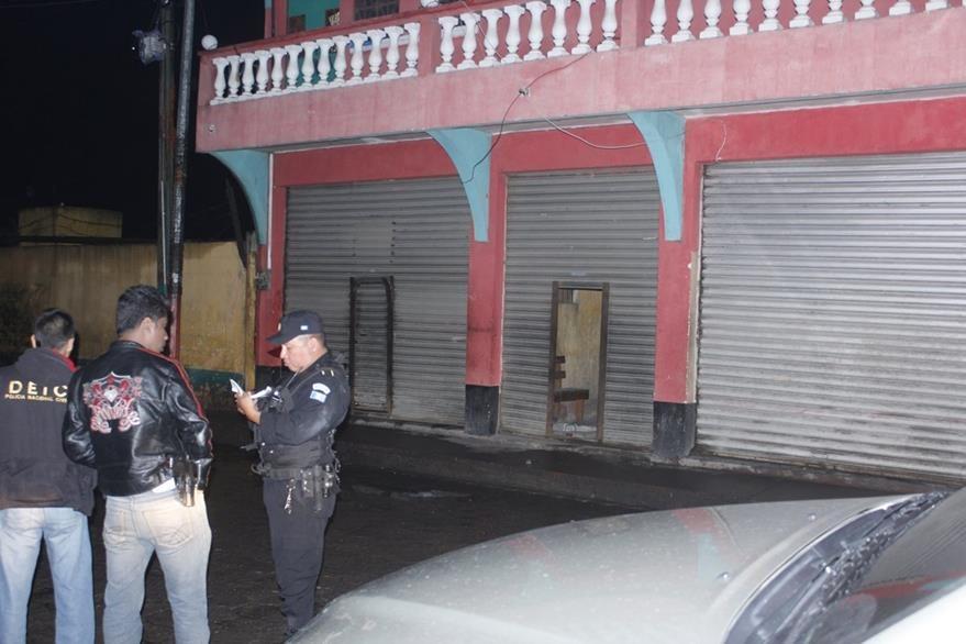 Un agente de la PNC recaba información por la muerte de una mujer en la zona 2 de la cabecera de Chimaltenango. (Foto Prensa Libre: Víctor Chamalé)