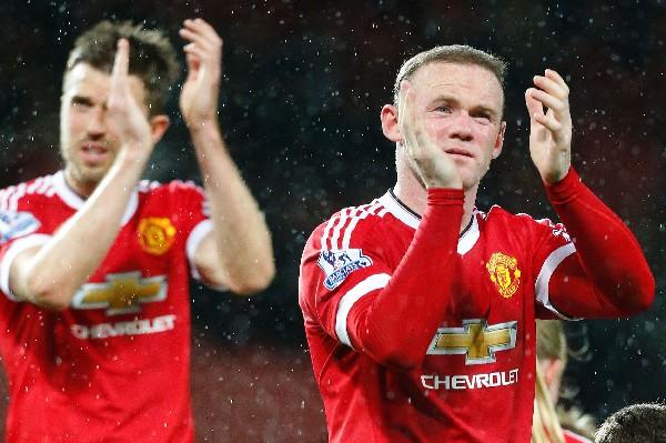 Michael Carrick Y Wayne Rooney agradecen el apoyo a la afición del United. (Foto Prensa Libre: AFP).