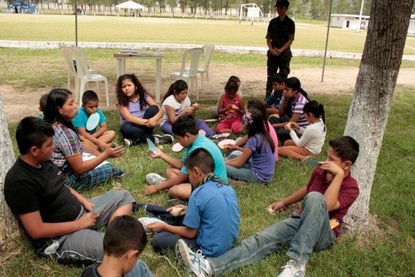 """<p>Niños y jóvenes participan en taller durante campamento, en la base de artillería de Salamá, Baja Verapaz. (Foto Prensa Libre: Carlos Grave).<br _mce_bogus=""""1""""></p>"""