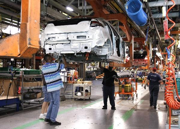 Trabajadores ensamblan los vehículos eléctricos General Motors en Michigan.(AFP).