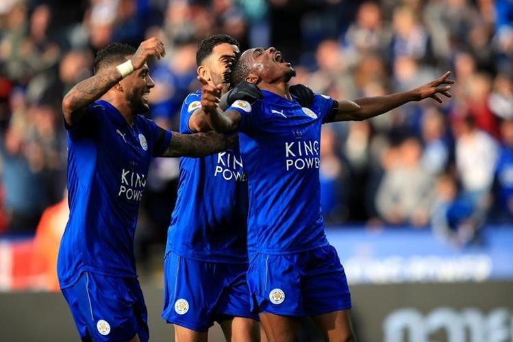Ahmed Musa celebra luego de anotar para el Leicester. (Foto Prensa Libre: AP)