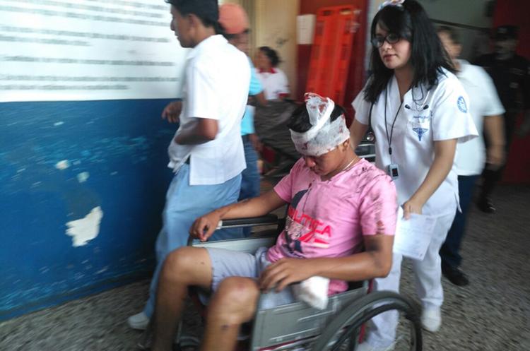 Nehemías García, resultó con golpes en la cabeza y raspones. (Foto Prensa Libre:  Rolando Miranda)