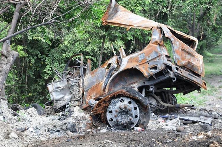 Más de un mes ha pasado del accidente y el vehículo no ha sido retirado por las autoridades. (Foto Prensa Libre: Mario Morales)