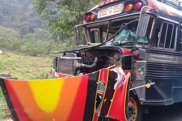 El piloto del autobús Pocholos no se localizó en el lugar del accidente, según socorristas. (Foto Prensa Libre: Cortesía Cruz Roja)