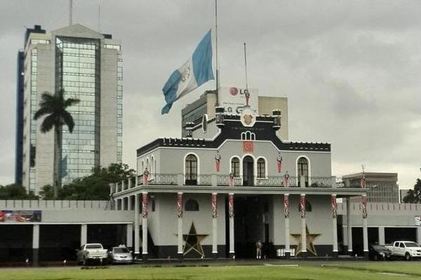 <p>Bandera a media asta en el Ministerio de la Defensa. (Foto Prensa Libre: Geovanni Contreras)</p>
