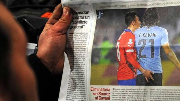 La polémica acción de Gonzalo Jara a Edinson Cavani. (Getty)