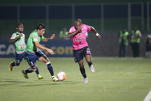El delantero tico Johnny Woodly conduce el balón ante la presencia de dos defensores salvadoreños (Foto Prensa Libre: Norvin Mendoza)