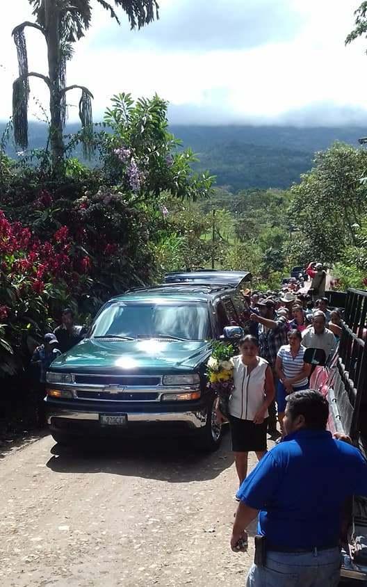 Los restos de Norma Erazo son llevados a bordo de un vehículo hacia el camposanto de Cafetales, Esquipulas. (Foto Prensa Libre: Mario Morales)