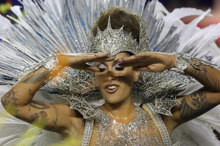 BRA75. SAO PAULO (BRASIL), 06/02/2016.- Una integrante de la escuela de samba del Grupo Especial Unidos de Vila Maria, desfila hoy, sábado 6 de febrero de 2016, en la celebración del Carnaval de Sao Paulo, en el sambódromo de Anhembí en Sao Paulo (Brasil). EFE/SEBASTIÃO MOREIRA