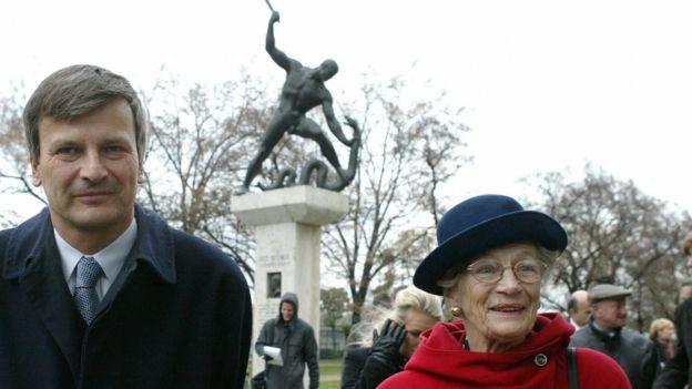 Nina Lagergren y el alcalde de Budapest, Gabor Demszky, cerca de un monumento en honor a su hermano en la capital húngara en 2003. AFP