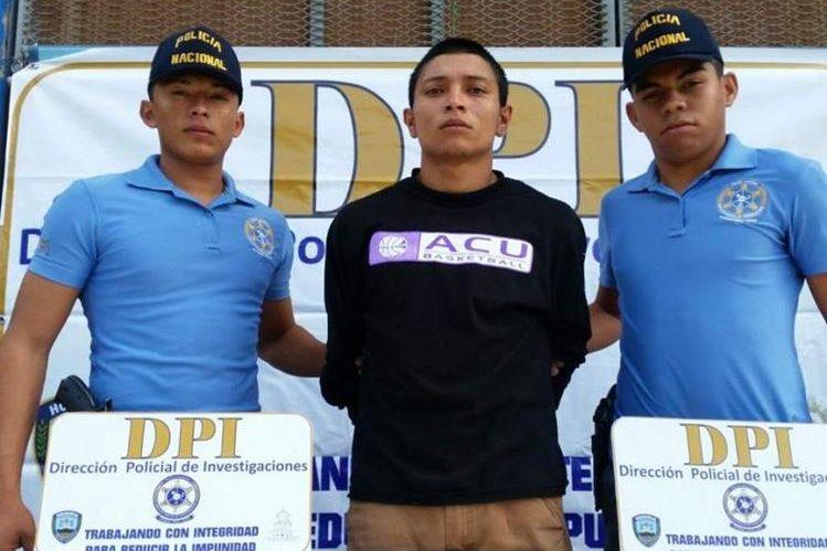 Bryan Alexander Vásquez, (centro) acusado de ser el supuesto autor intelectual de la matanza de siete personas.