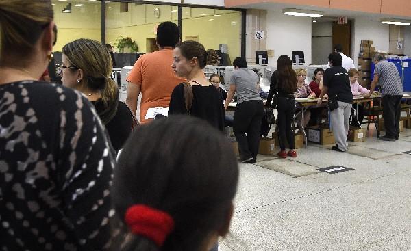 Estadounidenses hacen fila en un centro de votación anticipado en Miami, Florida.(AFP).
