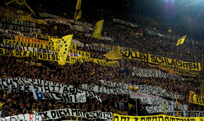 Los aficionados del Borussia Dortmund provocaron a los de RB Leipzig en la liga alemana. (Foto Prensa Libre: AFP)