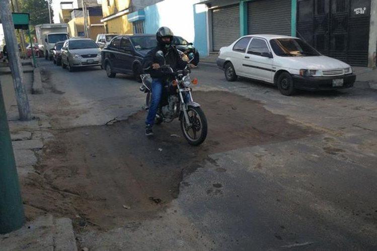 El hundimiento en Las Guacamayas, zona 4 de Mixco fue rellenado este lunes, pero aún se debe colocar el asfalto que se removió. (Foto Prensa Libre: Erick Ávila)